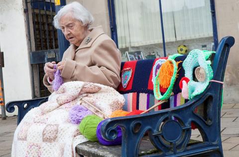 104 года - самое время заняться для бабушки уличным искусством