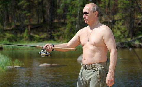 Путин ловит рыбу и проводит свой летний отпуск в Сибири. Почему бы и нет? Ar Rai Al Youm, Великобритания