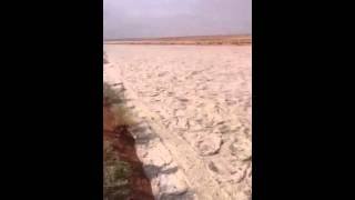 Что то непонятное течёт по пустыне.
