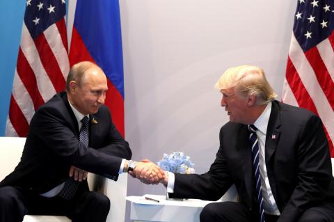 """Трамп заявил, что """"поладил"""" с Путиным. Демократы подали на импичмент"""