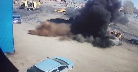 Колесо от БелАЗа упало на ле…