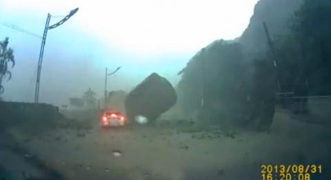 В Китае на проезжую часть упал кусок скалы