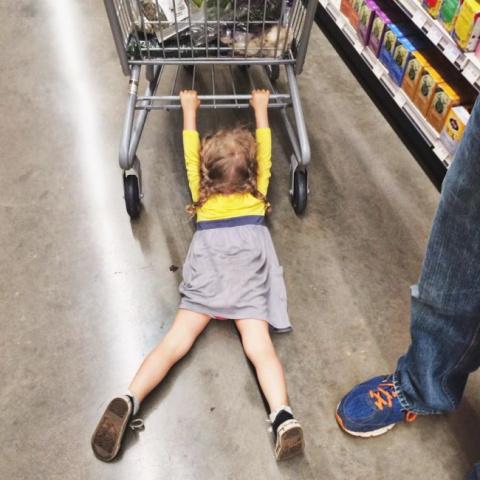 25 фото, которые доказывают, что шопинг с детьми — занятие для сильных духом
