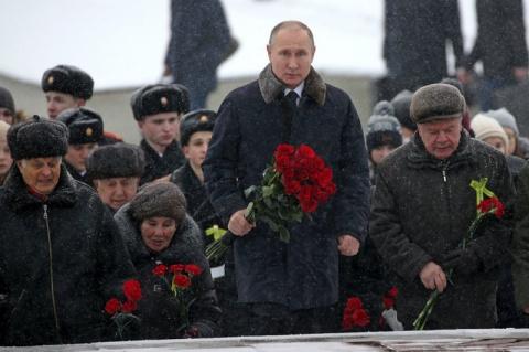 Путин возложил цветы на Пискаревском кладбище