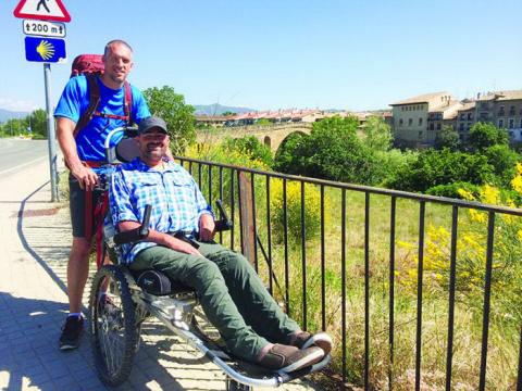 По пути Святого Иакова в инвалидном кресле: друзья преодолели 800 км, помогая друг другу