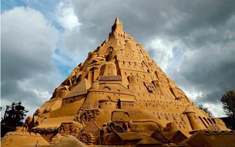 Песочный замок в 17 метров в…