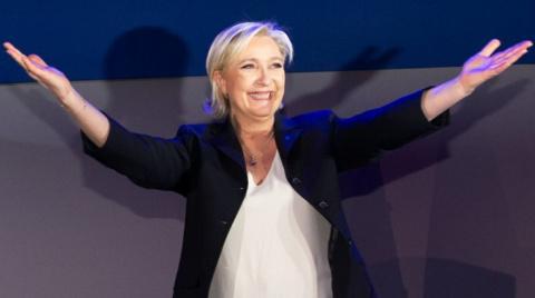 Власти отменили результаты голосования в первом туре выборов президента Франции  на одном из участков под Парижем где победила   Марин Ле Пен