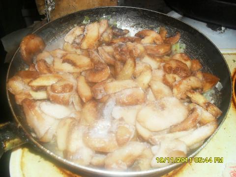 Салат рыбный с шампиньонами.