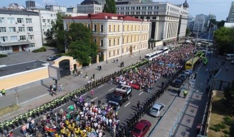 Участников гей-парада в Киев…