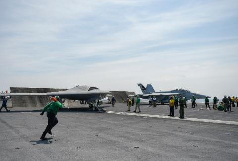 Беспилотник X-47B впервые испытали в паре с пилотируемым самолетом