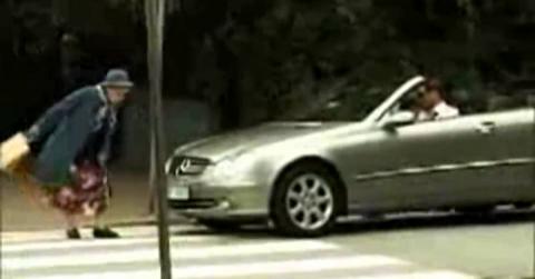 Водитель решил, что старушка переходит дорогу слишком медленно. Ответ бабушки восхитителен!