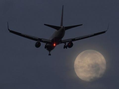 Самолет экстренно сел из-за потерявших сознание стюардесс