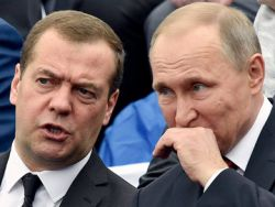 Путину пожаловались на Медведева