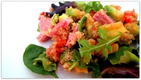 Очень вкусный салат из киноа (кинва), авокадо и тунца