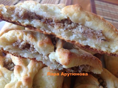 Творожное печенье с начинкой из грецкого ореха с сахаром и корицей.