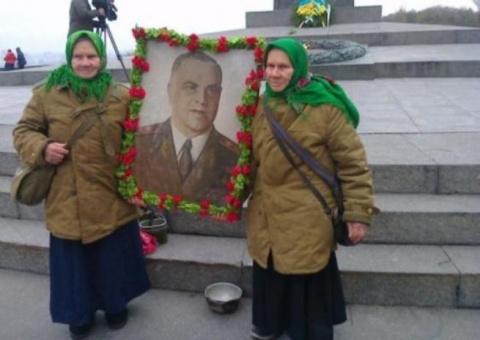 Залитый цементом Вечный огонь  в Киеве снова  горит  !!!