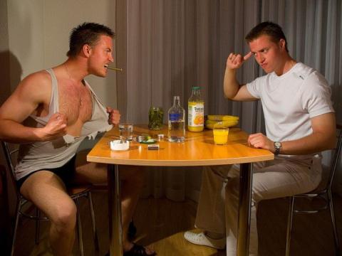 Два парня выпили и начали от…