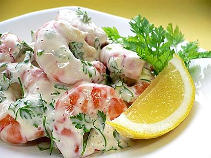 Креветки- салат с помидорой, огурцом, крабовыми палочками