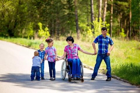 В Челябинской области многодетный отец-инвалид бесплатно развозит стариков и беременных женщин по поликлиникам