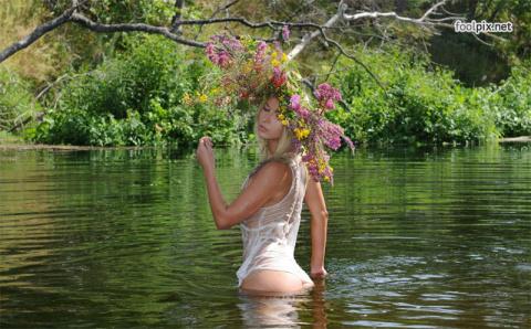 Девушки в венках из живых цветов