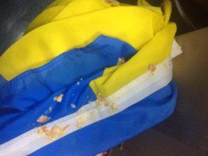 «Был одет во все патриотическое» — в кафе для «ветеранов АТО» вытерли ноги флагом Украины