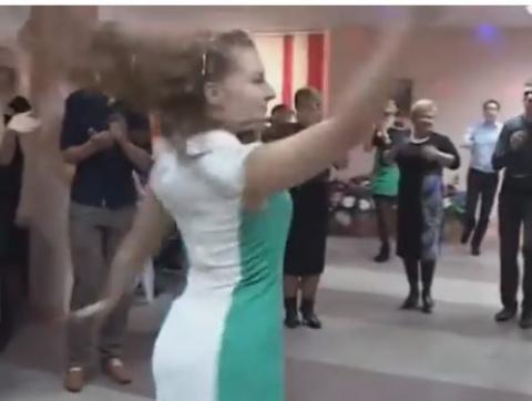 Вот так надо танцевать на русской свадьбе. Эта девушка восхитительна!