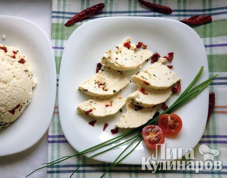Домашний сыр с паприкой и зеленью