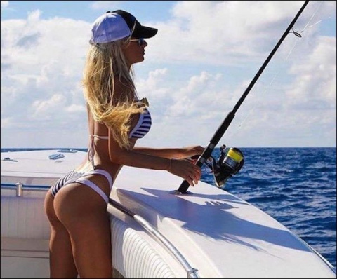 Девушки ловят рыбу (38 фото)