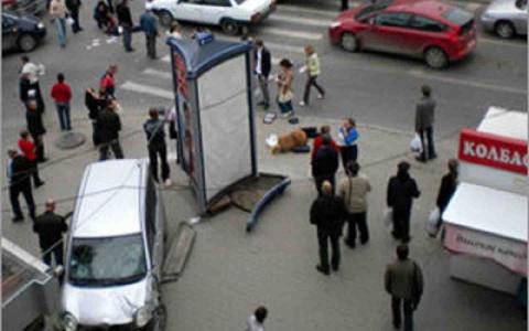 В Петербурге автомобиль наехал на людей на тротуаре, есть жертвы