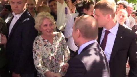 Прохожая поцеловала Путина н…