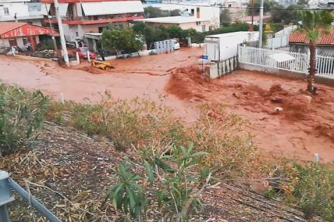 """""""Этот библейская катастрофа"""": затопившее Грецию смертоносное наводнение сняли на видео"""