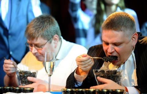 Беда в Совфеде: несвежая икра, жесткие рябчики, шампанское без пузырьков…