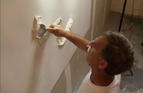 Талантливый самоучка создает невероятно красивые барельефы на стенах