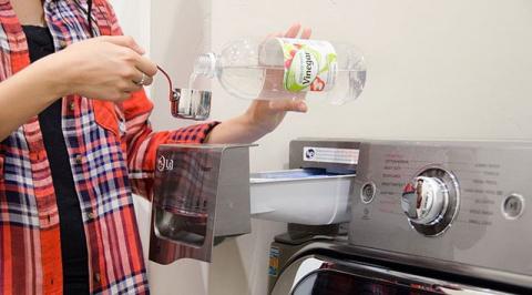 Влейте в стиральную машину белый винный уксус, и вы быстро ощутите его преимущества