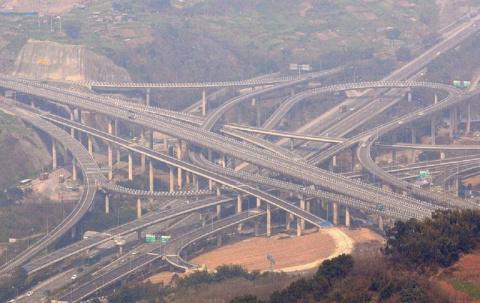 В Китае завершилось строительство одной из сложнейших дорожных развязок в мире