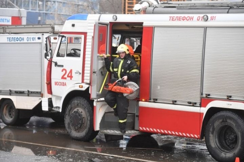 Пожар на складе текстиля в Москве: спасатели полтора часа тушили горящий ангар
