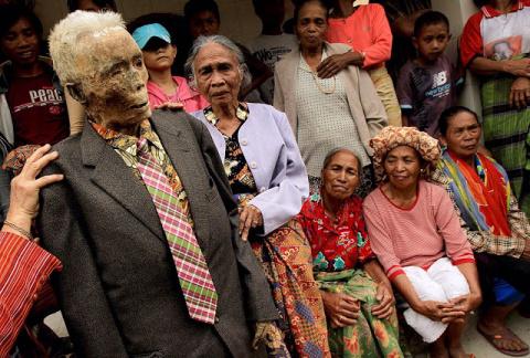 Культ мощей. Часть 8: Живые трупы Мадагаскара и Индонезии