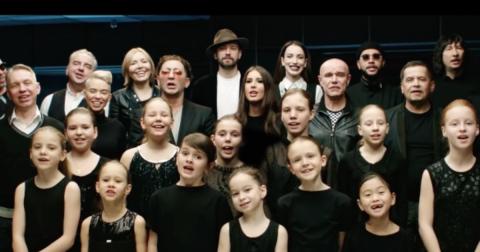 27 звезд и 7-минутное видео, которое больше чем песня или клип! Это поддержка для всех, кто потерял смысл жизни…
