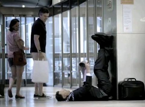 «Что делают эти люди?» - загадочная реклама от Samsung
