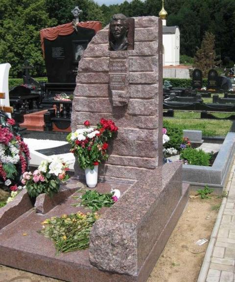 Могила Игоря Старыгина на Троекуровском кладбище Москвы (13 июня 2011 года)