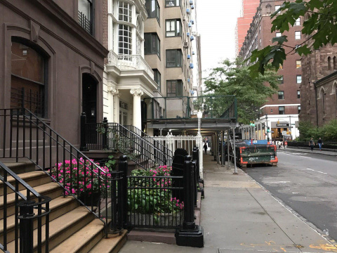 Почему в Нью Йорке высокие крылечки?