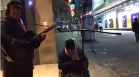 Бездомный попросил уличного …