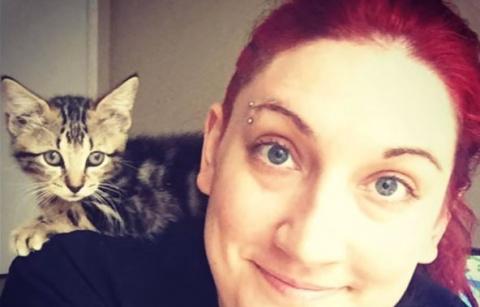 Она спасла котёнка, едва дыш…