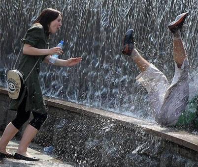 Британка свалилась в фонтан