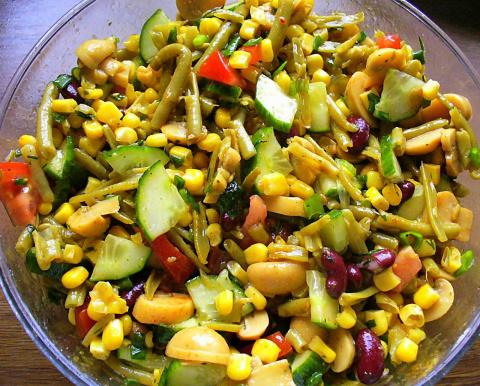 Салат из свежих и консервированных овощей