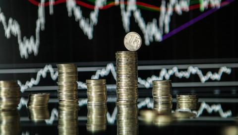 Доллар упал ниже 57 руб., ев…