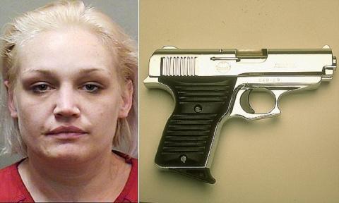 Женщина спрятала пистолет та…