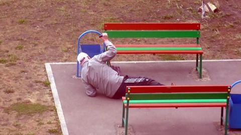 Старик лежал без движения на…