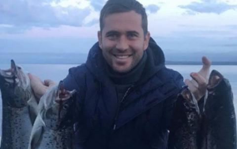 Футболист Кержаков после скандального фото выпустил мальков лосося в Ладогу