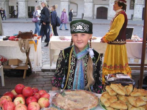 моя внучка Алсу на этноярмарке в Таллинне на Ратушной площади..